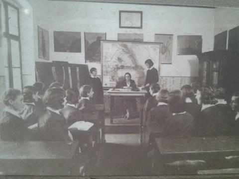 In clasa - la liceul de fete din Alba Iulia
